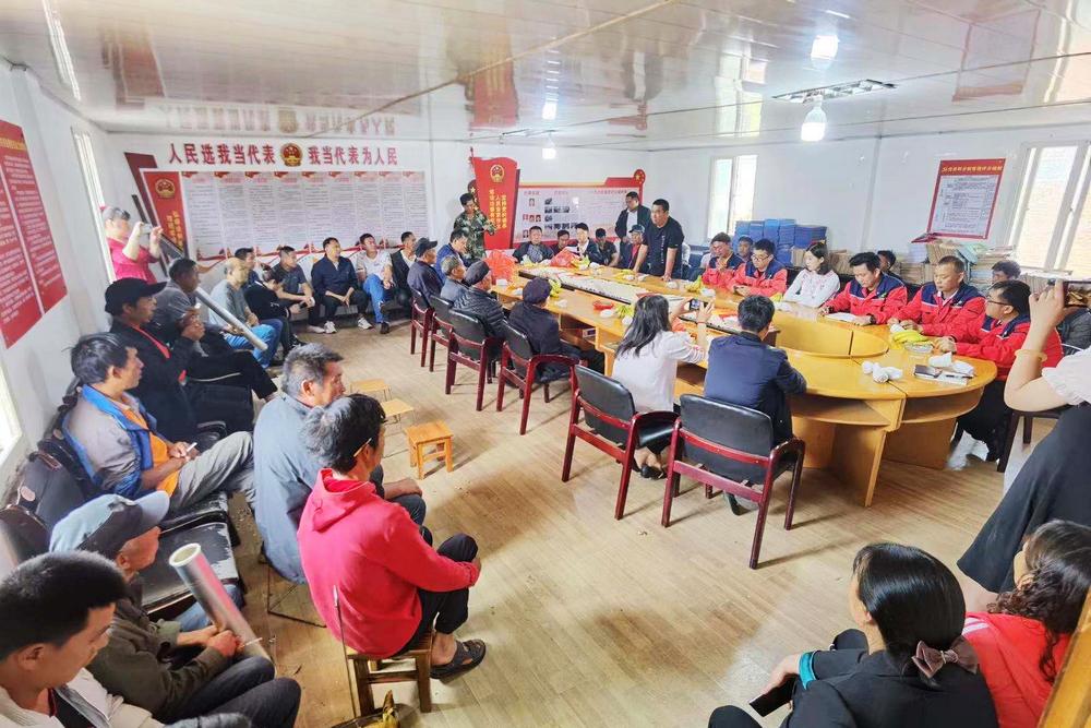 落红甸村委会二楼会议室举行欢送仪式.jpg