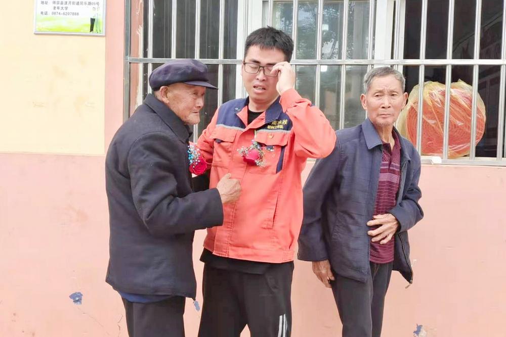 第一书记陈瑞志与落红甸村老党员含泪告别.jpg